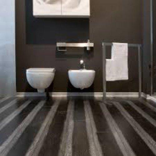 interno di un bagno con pavimentazione