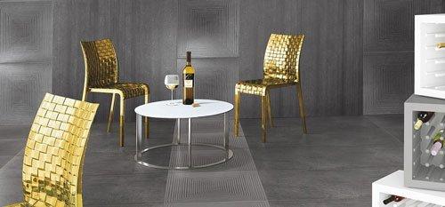 Tavolo con sedie dorate