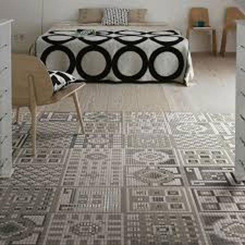 Pavimento di un salotto con piastrelle a mosaico