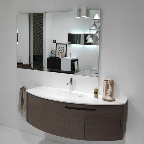 Dettaglio di un lavandino e specchio