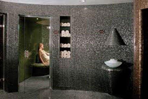 Bagno con cabina sauna mosaicata