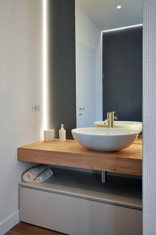 Dettaglio di bagno con lavandino a conca