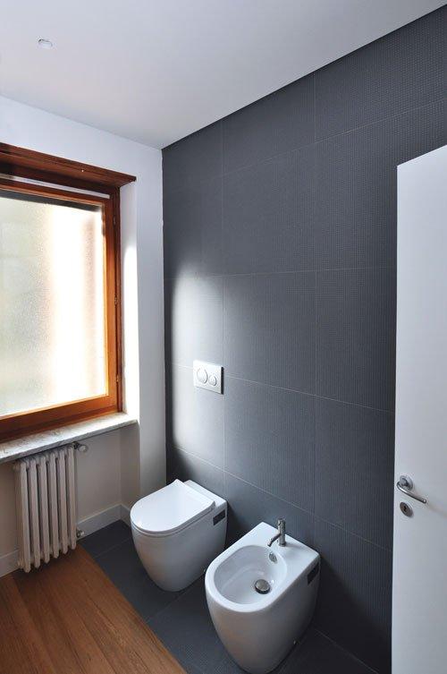 Inquadratura d'angolo di bagno piastrellato