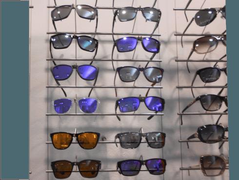 In negozio troverete alcuni modelli di occhiali da sole Okley
