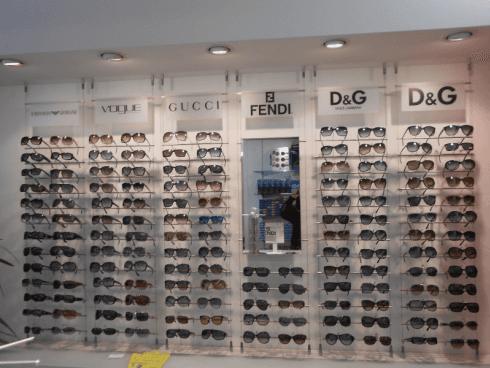 Un vasto assortimento di occhiali da sole di tutte le marche