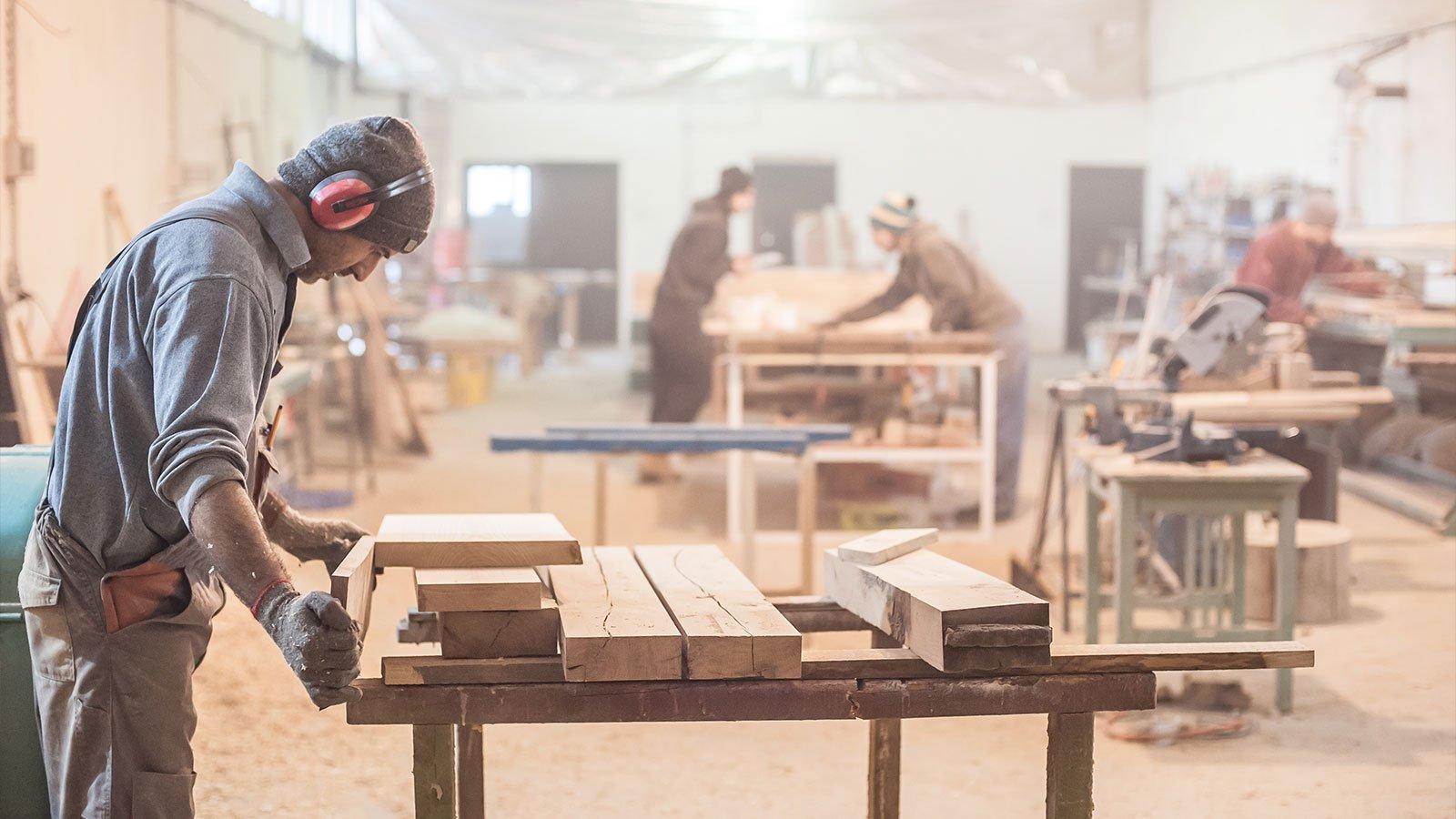 lavori falegname su tavola di legno in officina