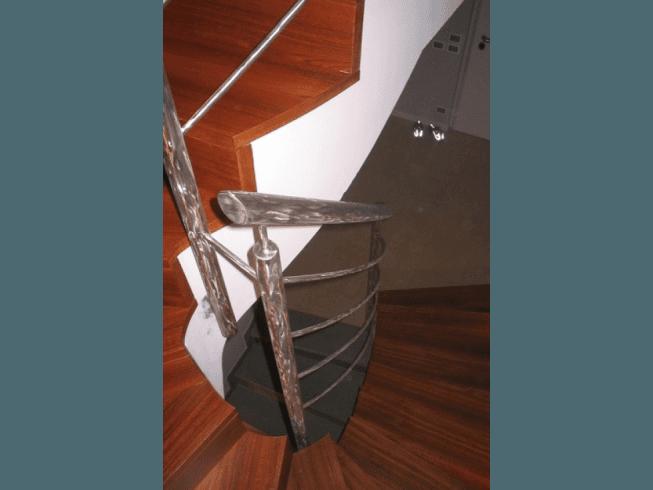 struttura in ferro per scala in legno