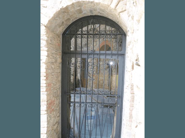 porta ad arco in ferro battuto