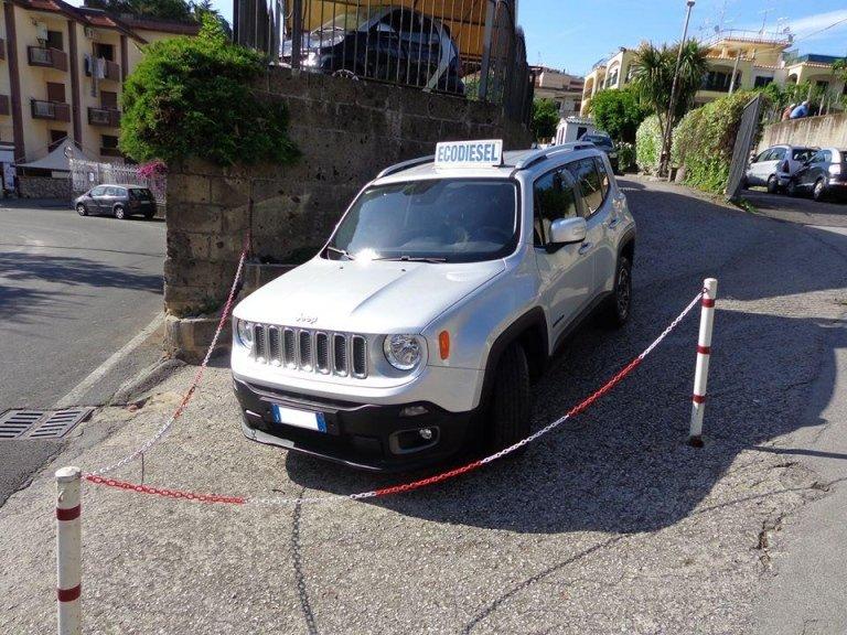 jeep grigia con cartello
