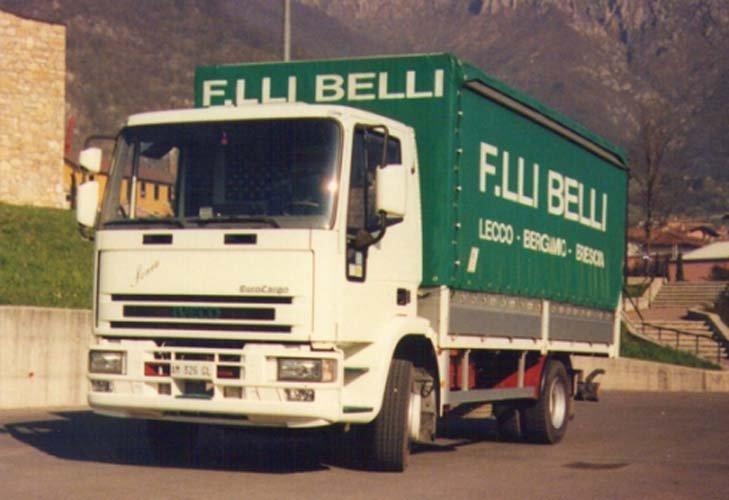 Inquadratura frontale di un camion della ditta