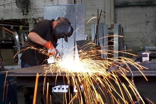 un carpentiere al lavoro con un flessibile