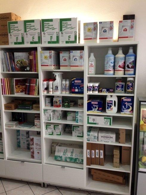 Il negozio offre una vasta offerta di prodotti per la pulizia e di ricambi per elettrodomestici.