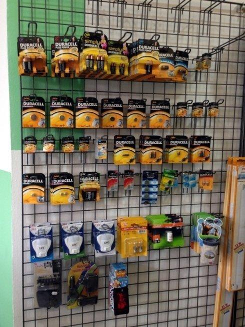 Vendita di pile ed alimentatori per la ricarica degli elettrodomestici ad uso comune.