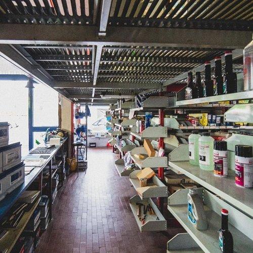 Vista del workshop con gli strumenti e i prodotti necessari per rivedere e riparare l'automobile