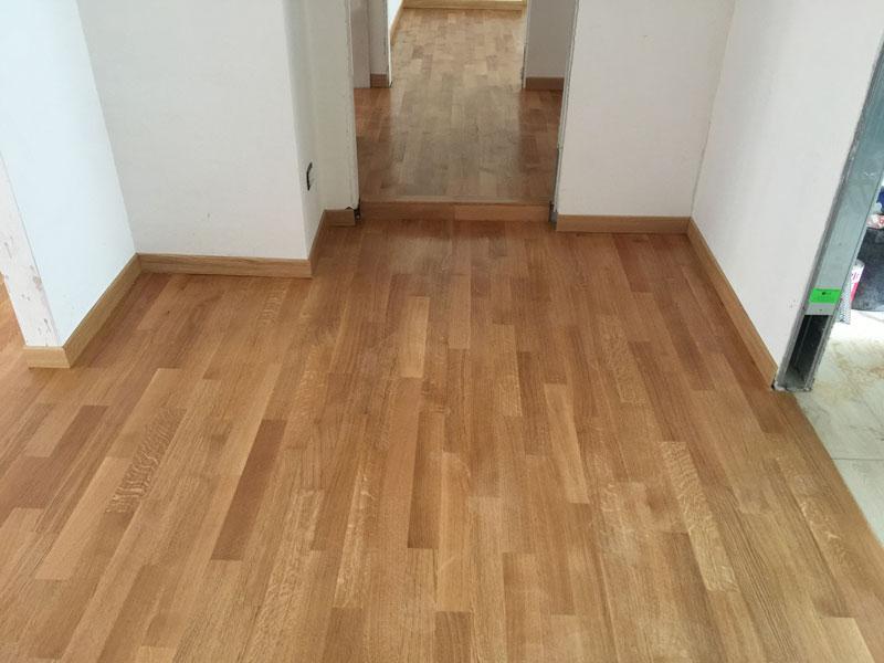 un parquet in legno chiaro in un'anticamera e in un corridoio