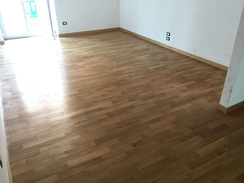 parquet in legno chiara in una casa non ancora arredata