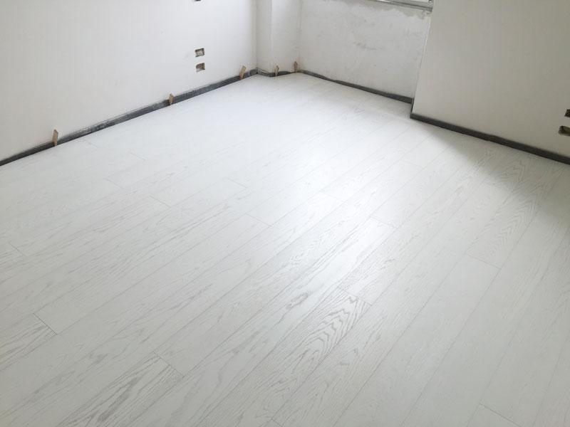 un parquet in legno bianco