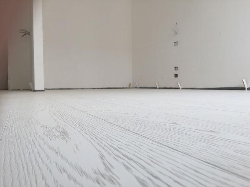 parquet in legno bianco, visuale bassa