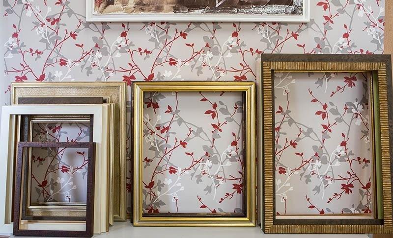 Vendita cornici in legno borgosesia colorificio villa for Cornici in vendita