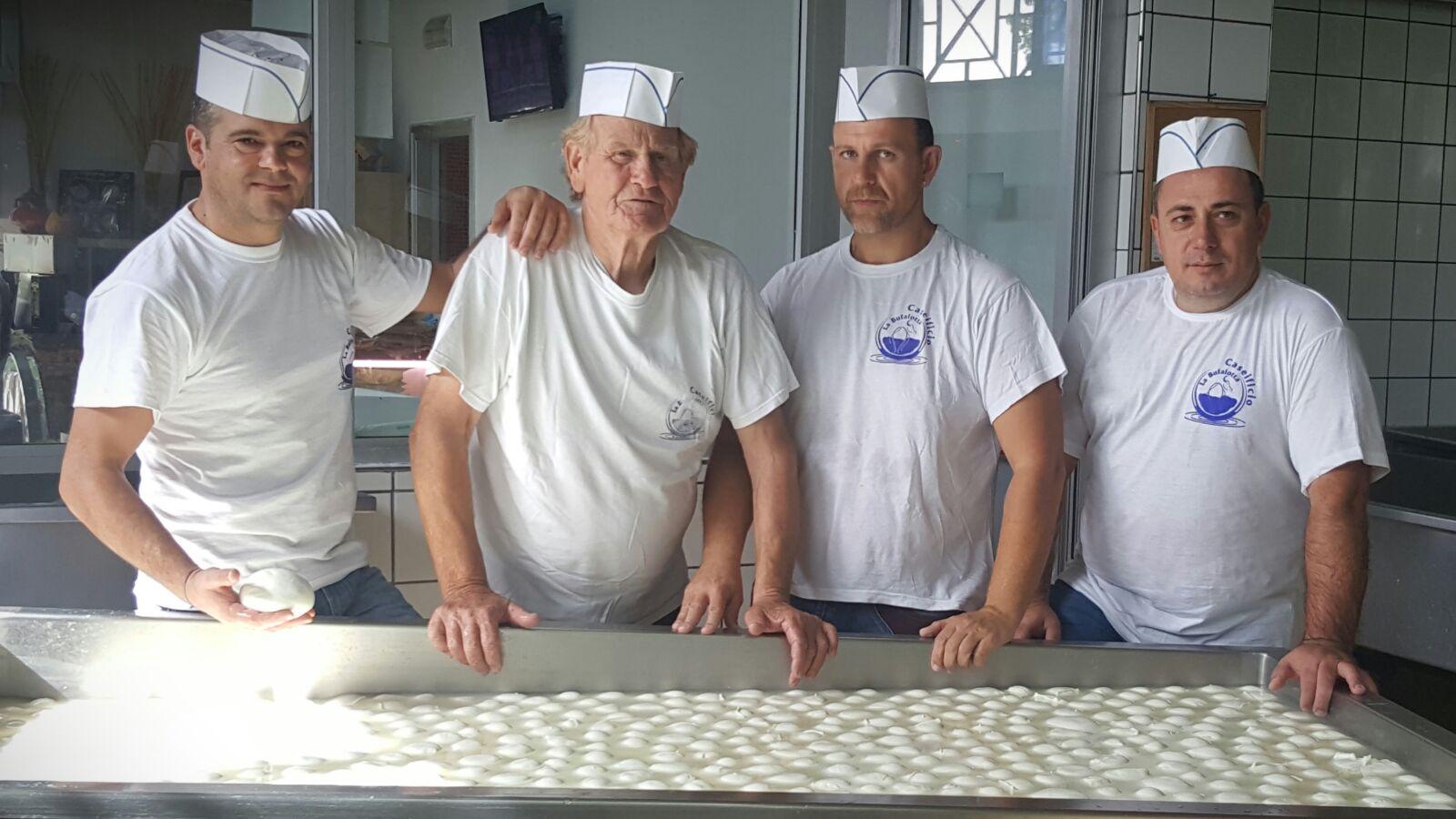 due addetti alla produzione di mozzarella