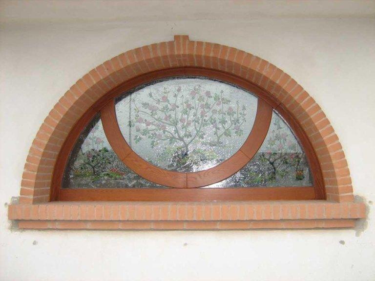 finestra in legno ad arco