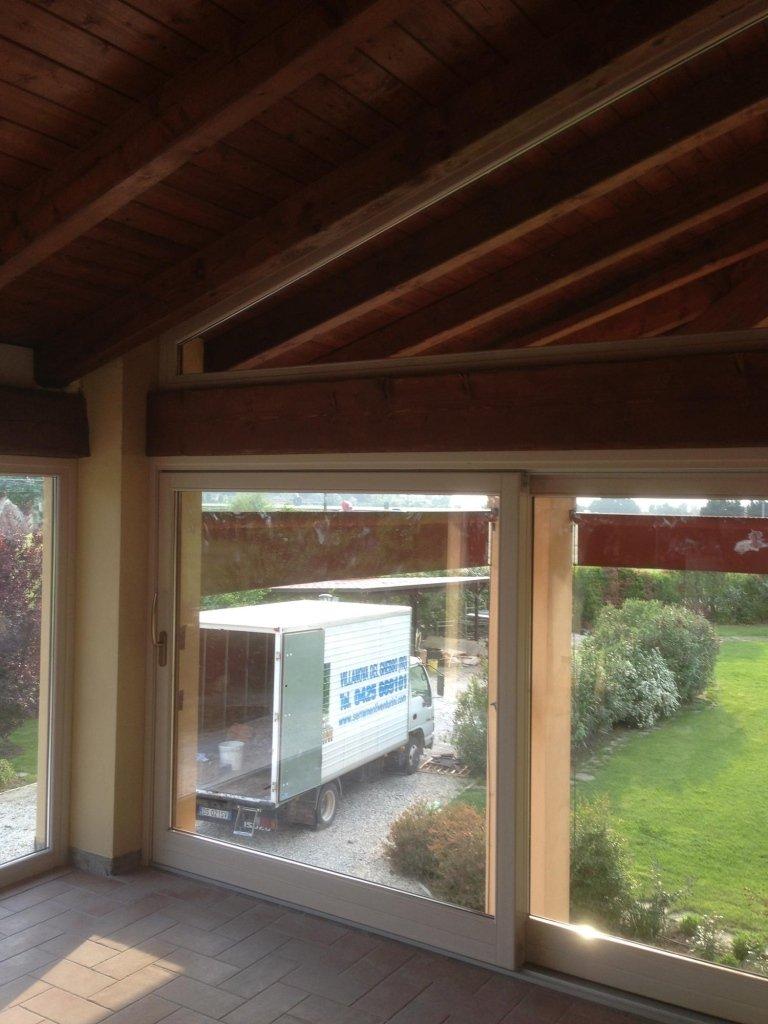 portico con vetrate e tetto in legno