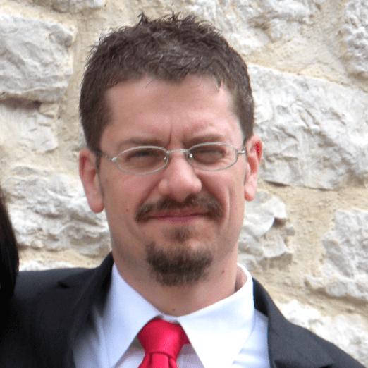 Uomo con occhiali e cravatta rossa