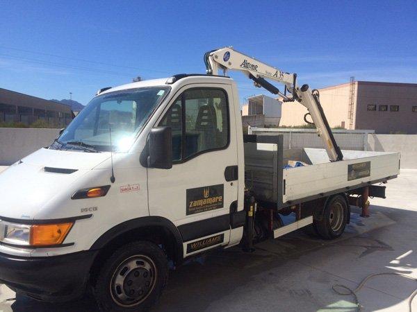 furgone con braccio meccanico dell`azienda ZAMAMARE
