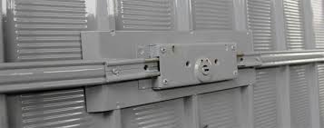 Serratura anti-intrusione installata su una porta garage