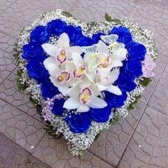 cuore di orchidee e rose blu