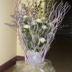 vaso di fiori con rametti glicine