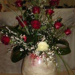centrotavola di rose rosse