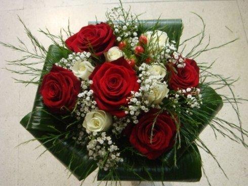 bouquet rose rosse e fiori bianchi