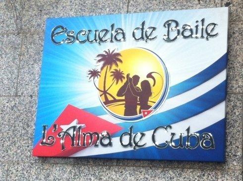 un cartello con scritto Escuela de baile l'alma de Cuba