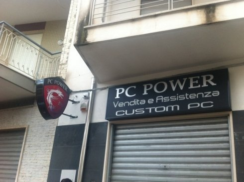 un'insegna PC Power vendita e assistenza custom PC