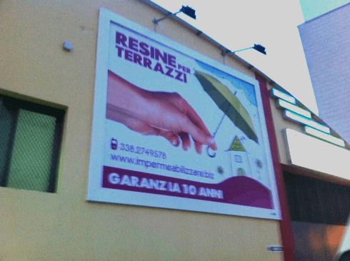 un cartellone pubblicitario con scritto resine per terrazzi