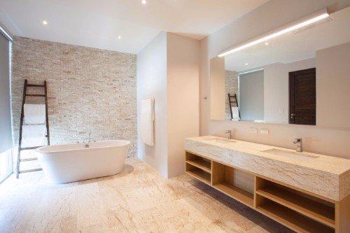 Sala da bagno con pavimento di legno e due lavandini