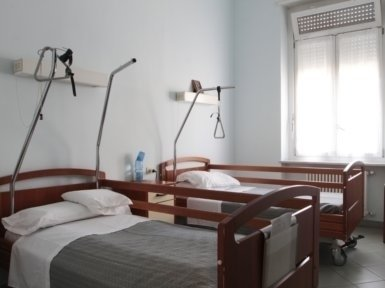 camera doppia con letti ospedalieri