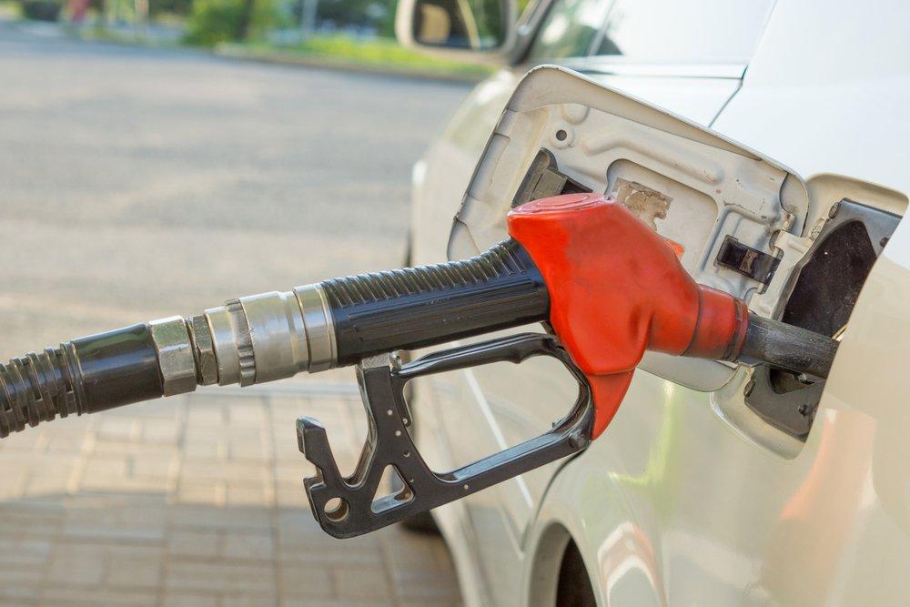 Pompa distributore di benzina  durante riempimento della macchina