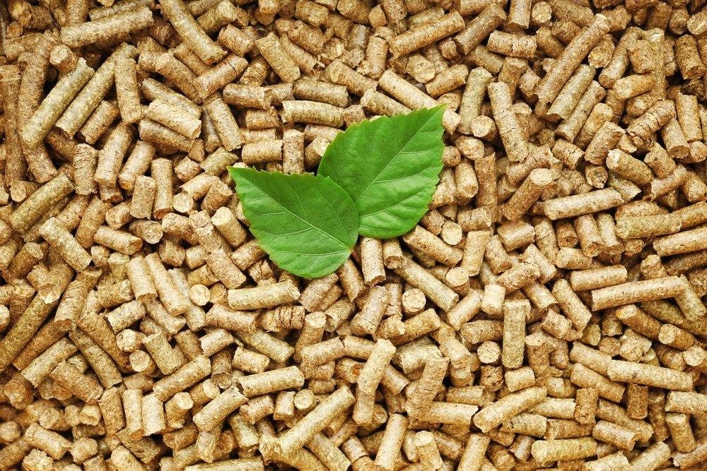 pellet di legno con foglie