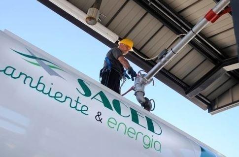 operaio durante lavoro di riempimento cisterna di gasolio-Saced