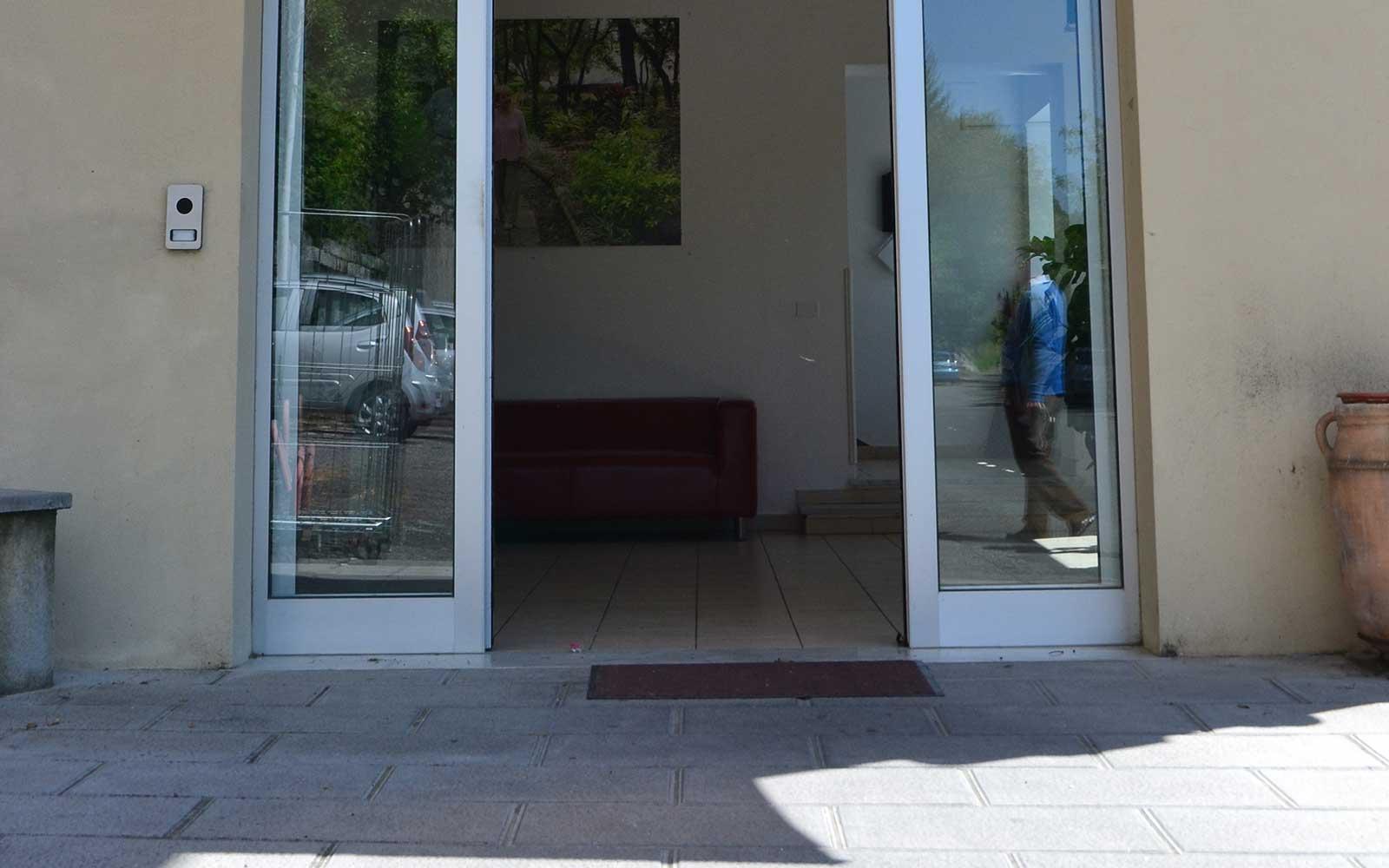 una porta a due ante in PVC scorrevole