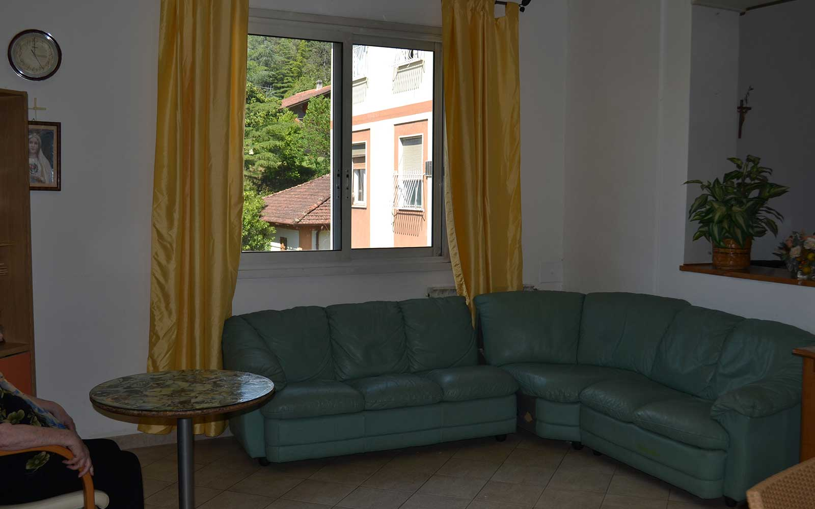 un divano angolare in pelle verde