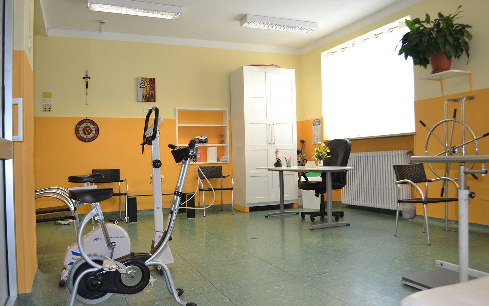 una cyclette e altri attrezzi per ginnastica riabilitativa