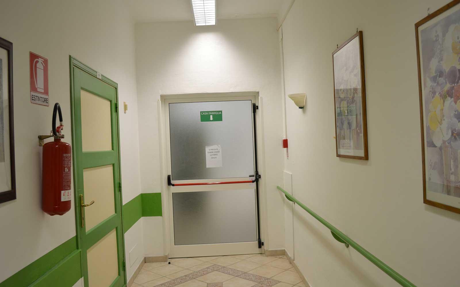 un corridoio con un uscita di emergenza
