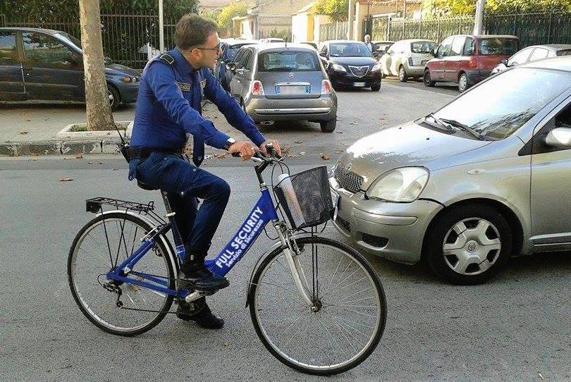 uomo della sicurezza in bicicletta