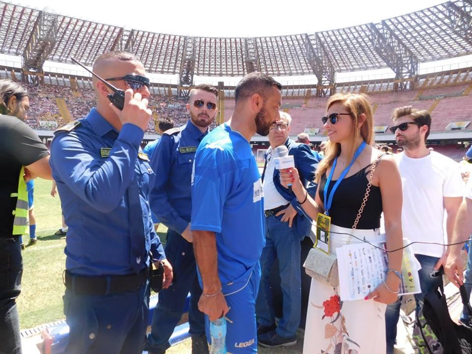una giornalista mentre intervista un calciatore