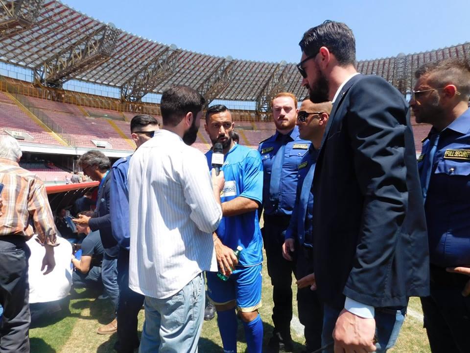 gruppo di persone durante un'intervista in un campo da calcio