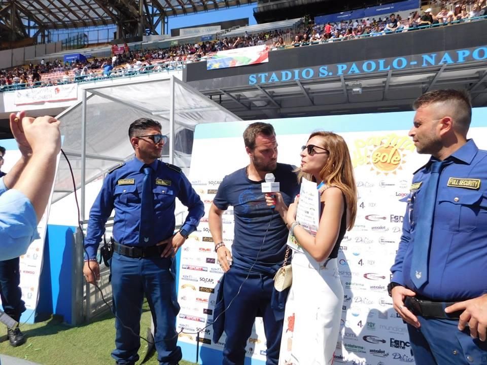 uomini della sicurezza e due persone durante un'intervista