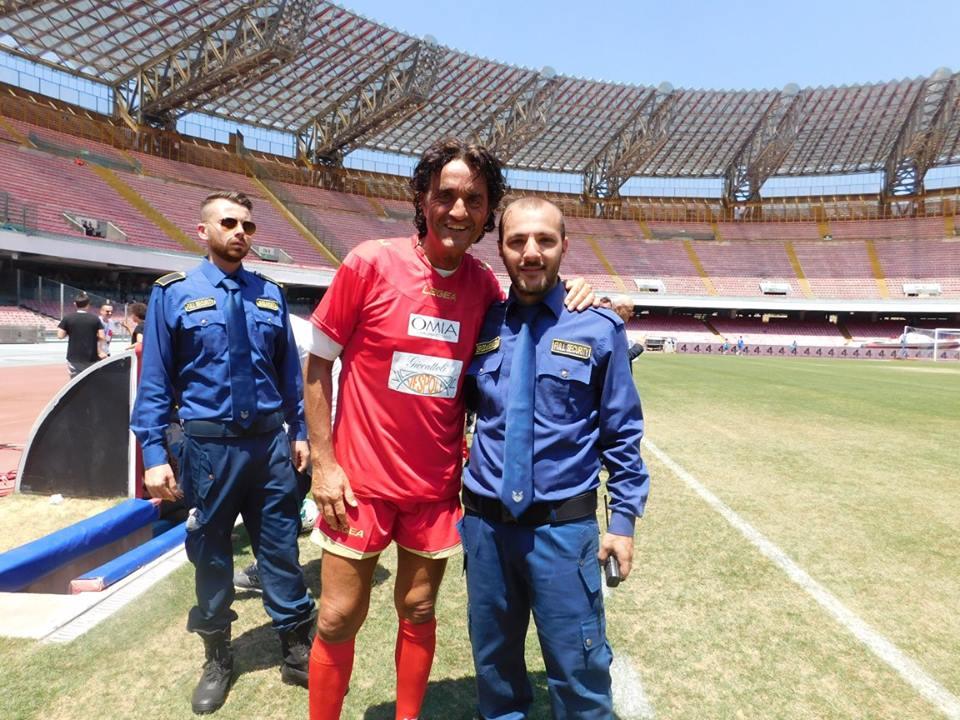 foto di gruppo con due uomini della sicurezza e un uomo vestito da calciatore
